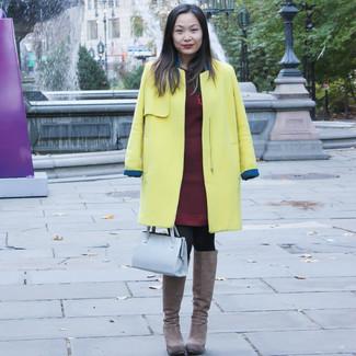 Коричневые замшевые сапоги: с чем носить и как сочетать: Желтое пальто и темно-красное платье-свитер надежно обосновались в гардеробе многих модниц, позволяя составлять запоминающиеся и стильные ансамбли. Коричневые замшевые сапоги органично впишутся в лук.