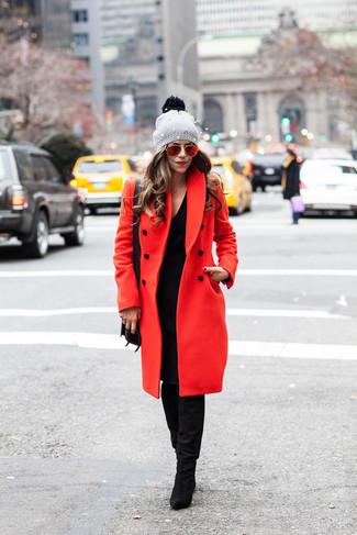 Как и с чем носить: красное пальто, черное платье-свитер, черные замшевые сапоги, черная кожаная сумка через плечо