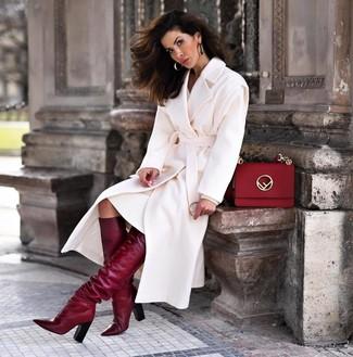 Как и с чем носить: белое пальто, белое платье-свитер, темно-красные кожаные сапоги, красная кожаная сумка-саквояж