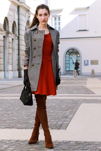Как и с чем носить: серое пальто, красное платье с плиссированной юбкой, табачные замшевые ботфорты, черная кожаная большая сумка