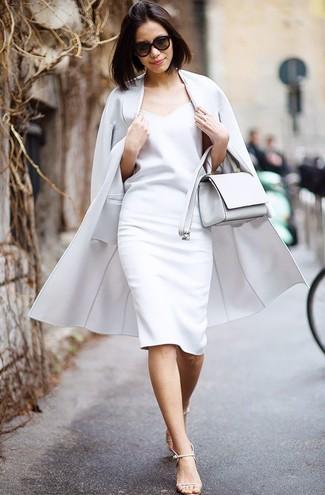 Как и с чем носить: серое пальто, белое платье-футляр, бежевые кожаные босоножки на каблуке, белая кожаная сумка через плечо
