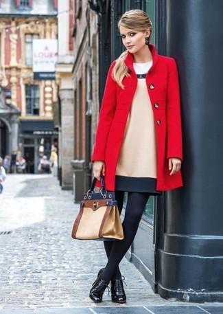 Как и с чем носить: красное пальто, бежевое шерстяное платье-футляр, черные кожаные ботильоны на шнуровке, светло-коричневая кожаная сумка-саквояж