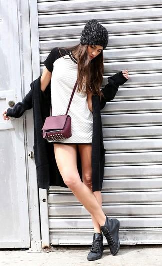 Как и с чем носить: черное пальто, бело-черное стеганое платье-футляр, черные кожаные высокие кеды, пурпурная кожаная сумка через плечо с шипами