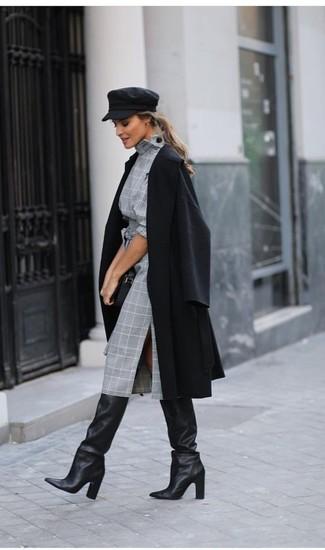 Как и с чем носить: черное пальто, серое платье-футляр в шотландскую клетку, черные кожаные сапоги, черный кожаный клатч