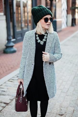 Как и с чем носить: серое пальто, черное платье-футляр, темно-красная кожаная сумка-саквояж, темно-зеленая шапка