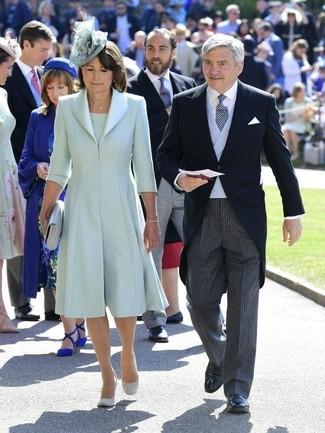 Как и с чем носить: мятное шелковое пальто, мятное платье-футляр, серые замшевые туфли, серый кожаный клатч