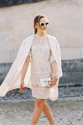 Как и с чем носить: белое пальто, белое кружевное платье-футляр, белые кожаные туфли, серебряный кожаный клатч