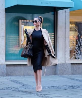 Как и с чем носить: бежевое пальто, черное платье-футляр, бежевые кожаные туфли, черная кожаная большая сумка