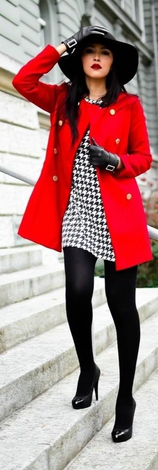 """Красное пальто и бело-черное платье-футляр с рисунком """"гусиные лапки"""" — must have вещи в стильном женском гардеробе. Черные кожаные туфли — великолепный вариант, чтобы завершить образ."""