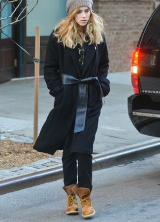 Как и с чем носить: черное пальто, черная рубашка поло, черные джинсы, коричневые кожаные ботинки на шнуровке