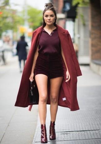С чем носить темно-красные шорты в 20 лет женщине в прохладную погоду: Темно-красное пальто и темно-красные шорты идеально подходят для создания городского образа как для будничных, так и для выходных дней. Темно-красные кожаные ботильоны органично дополнят этот наряд.