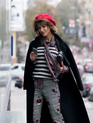 Как и с чем носить: черное пальто, бело-черный свитер с круглым вырезом в горизонтальную полоску, красная блуза на пуговицах в мелкую клетку, серые классические брюки в шотландскую клетку