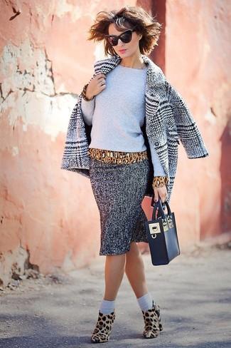 """Как и с чем носить: серое пальто в шотландскую клетку, серый свитер с круглым вырезом, светло-коричневая блузка с длинным рукавом с леопардовым принтом, серая юбка-карандаш с узором """"в ёлочку"""""""