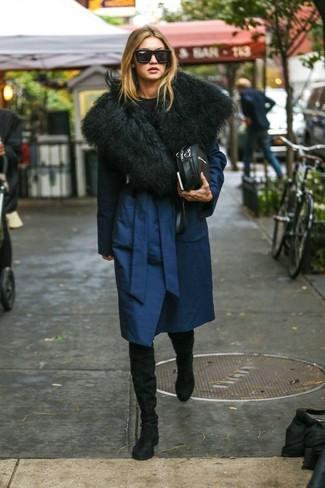 Как и с чем носить: темно-синее пальто, черный свитер с круглым вырезом, черные замшевые ботфорты, черная кожаная сумка через плечо