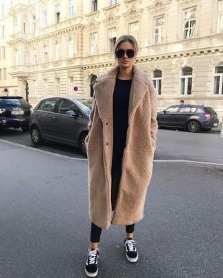 Модный лук: светло-коричневое флисовое пальто, черный свитер с круглым вырезом, черные брюки-галифе, черно-белые низкие кеды из плотной ткани