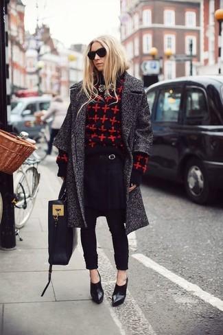 Как и с чем носить: темно-серое пальто, красно-черный свитер с круглым вырезом с принтом, черные брюки-галифе, черные кожаные ботильоны