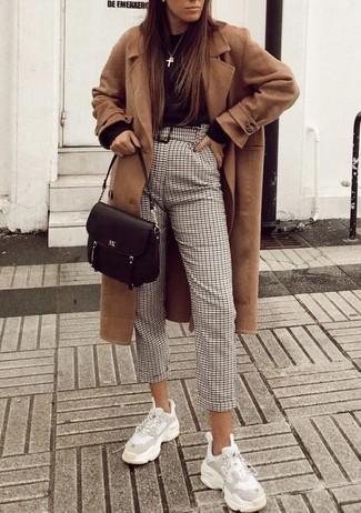 Как и с чем носить: светло-коричневое пальто, черный свитер с круглым вырезом, бежевые брюки-галифе в клетку, белые кроссовки