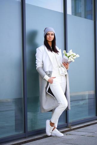 Серое пальто и белые брюки чинос — беспроигрышный выбор, если ты хочешь создать расслабленный, но в то же время стильный образ. Любительницы экспериментировать могут завершить образ белыми низкими кедами.