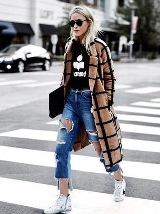 Как и с чем носить: светло-коричневое пальто в клетку, черно-белый свитер с круглым вырезом с принтом, синие рваные джинсы-бойфренды, белые высокие кеды из плотной ткани