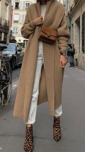 Как и с чем носить: светло-коричневое пальто, белый свитер с круглым вырезом, белые джинсы-бойфренды, светло-коричневые ботильоны из ворса пони с леопардовым принтом