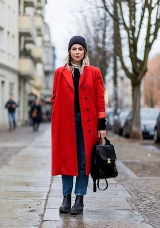 Как и с чем носить: красное пальто, черный свитер с круглым вырезом, синие джинсы-бойфренды, черные кожаные массивные ботильоны