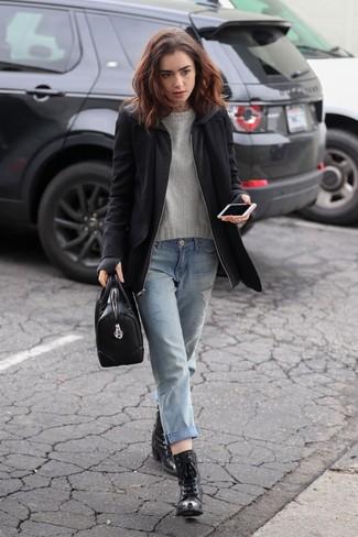 Как и с чем носить: черное пальто, серый свитер с круглым вырезом, голубые рваные джинсы-бойфренды, черные кожаные ботильоны на шнуровке