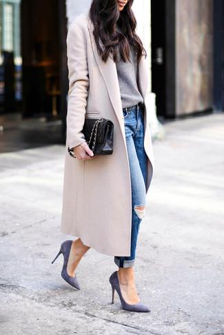 Как и с чем носить: бежевое пальто, серый свитер с круглым вырезом, синие рваные джинсы-бойфренды, фиолетовые замшевые туфли