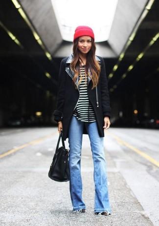 Как и с чем носить: черное пальто, черно-белый свитер с круглым вырезом в горизонтальную полоску, голубые джинсы-клеш, черная кожаная большая сумка