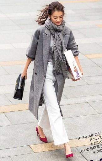 Как и с чем носить: серое пальто, серый свитер с круглым вырезом, белые джинсы-клеш, красные замшевые туфли