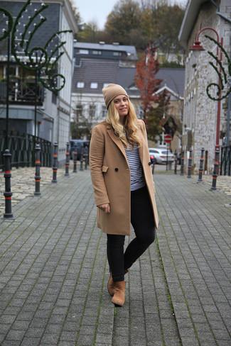 Как и с чем носить: светло-коричневое пальто, бело-черный свитер с круглым вырезом в горизонтальную полоску, черные джинсы скинни, светло-коричневые замшевые ботинки челси