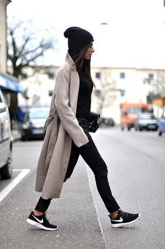 Как и с чем носить: бежевое пальто, черный свитер с круглым вырезом, черные рваные джинсы скинни, черно-белые кроссовки