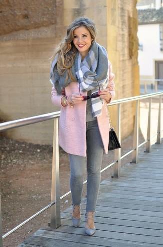 Как и с чем носить: розовое пальто, серый свитер с круглым вырезом, серые джинсы скинни, серые замшевые туфли