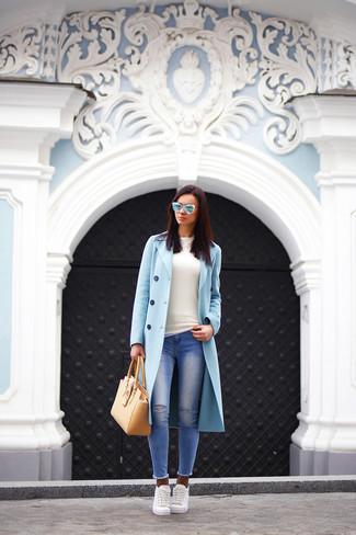 Голубое пальто и синие рваные джинсы скинни — необходимые вещи в гардеробе любительниц стиля casual. Выбирая обувь, можно немного побаловаться и завершить образ белыми низкими кедами.
