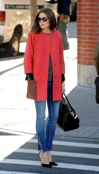 Как Olivia Palermo носит Красное пальто, Темно-серый свитер с круглым вырезом, Синие джинсы скинни, Черные замшевые туфли