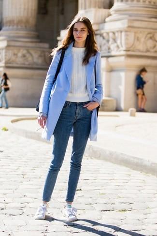 Как и с чем носить: голубое пальто, белый свитер с круглым вырезом, синие джинсы скинни, белые низкие кеды из плотной ткани