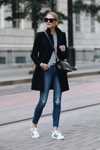 Как и с чем носить: черное пальто, серый свитер с круглым вырезом, синие рваные джинсы скинни, бело-черные низкие кеды