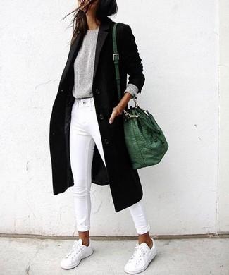 Как и с чем носить: черное пальто, серый свитер с круглым вырезом, белые джинсы скинни, белые низкие кеды