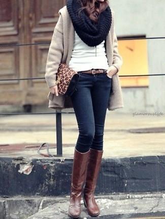 Как и с чем носить: бежевое пальто, белый свитер с круглым вырезом, темно-синие джинсы скинни, коричневые кожаные сапоги