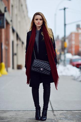 Как и с чем носить: черное пальто, темно-серый свитер с круглым вырезом, черные джинсы скинни, черные кожаные ботильоны