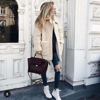 Как и с чем носить: бежевое флисовое пальто, черный свитер с круглым вырезом, темно-синие рваные джинсы скинни, белые кожаные ботинки на шнуровке