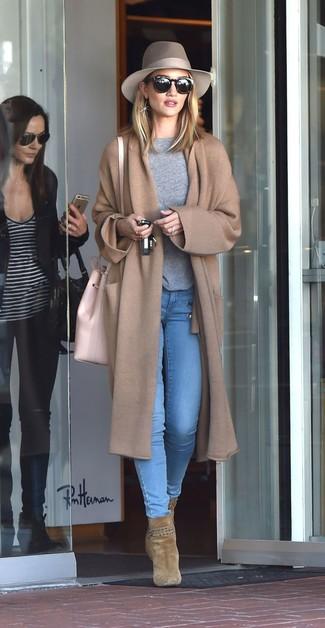 Как и с чем носить: светло-коричневое вязаное пальто, серый свитер с круглым вырезом, голубые джинсы скинни, оливковые замшевые ботильоны