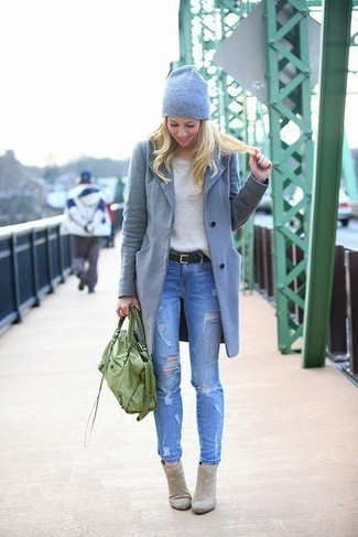 Серое пальто и синие рваные джинсы скинни — универсальное сочетание и для вечерних вылазок с подружками, и для дневных прогулок на выходных. Если ты не боишься сочетать в своих луках разные стили, на ноги можно надеть серые замшевые ботильоны.