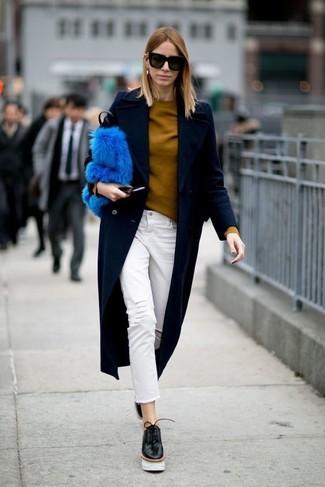 bf6dde4bbf95 Как и с чем носить: темно-синее пальто, горчичный свитер с круглым вырезом