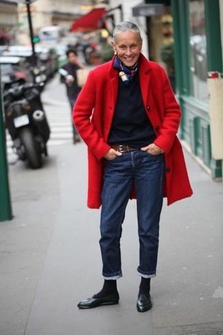 Как и с чем носить: красное пальто, темно-синий свитер с круглым вырезом, темно-синие джинсы, черные кожаные лоферы с кисточками