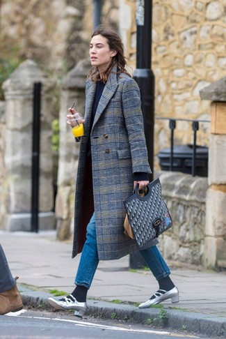 Как и с чем носить: серое пальто в шотландскую клетку, темно-синий свитер с круглым вырезом, синие джинсы, серебряные кожаные туфли