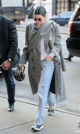 Как и с чем носить: серое пальто в шотландскую клетку, белый свитер с круглым вырезом, голубые рваные джинсы, серые кроссовки