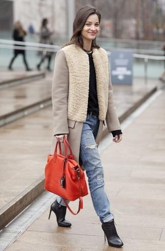 Как и с чем носить: бежевое пальто, черный свитер с круглым вырезом, голубые рваные джинсы, черные кожаные ботильоны