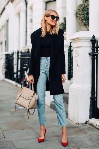 Как и с чем носить: черное пальто, черный свитер с круглым вырезом, голубые джинсы, красные замшевые туфли