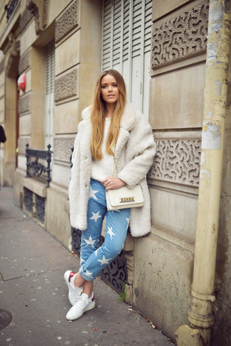 Как и с чем носить: белое флисовое пальто, бежевый пушистый свитер с круглым вырезом, голубые джинсы со звездами, белые кожаные низкие кеды