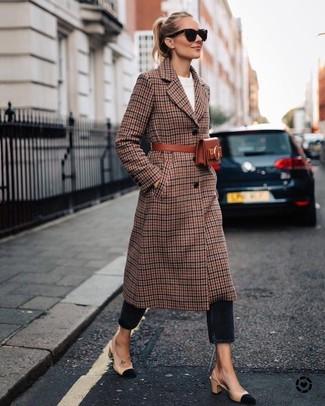 Как и с чем носить: коричневое пальто в шотландскую клетку, белый свитер с круглым вырезом, черные джинсы, бежевые замшевые туфли